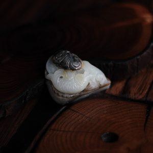 Нефрит с рыбами и летучей мышью 015